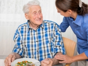 Уход за пожилым человеком с правом наследования жилья: где найти кандидата, как за ним досматривать?