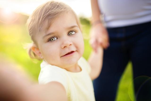 Можно ли усыновить ребенка незамужней женщине в России или оформить опекунство и при каких условиях?